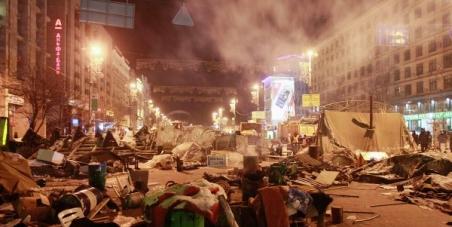 Участникам Евромайдана. : Уважайте Киевлян! Очистите город от баррикад и мусора, верните нам елку!