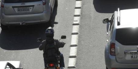 """Motociclistas querem extinção dos """"Tachões"""" das vias de trânsito. Chega deacidentes e mortes."""