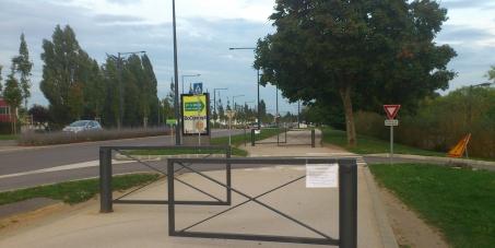 Contre les barrières en chicane sur les pistes cyclables le long du tram direction Quétigny et Toison d'Or